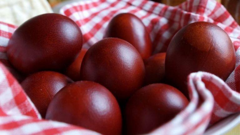 Διάσημες μαμάδες κράτησαν το έθιμο και έβαψαν αυγά με τα παιδάκια τους | tanea.gr