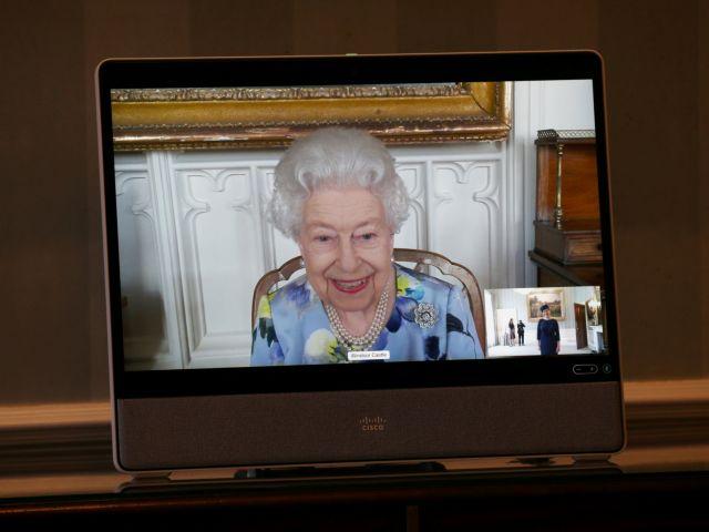 Βρετανία: Η βασίλισσα Ελισάβετ επέστρεψε στα καθήκοντά της χαμογελαστή μετά την κηδεία του Φίλιππου | tanea.gr