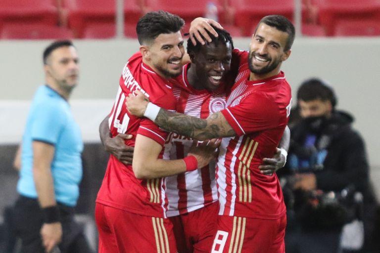 Ολυμπιακός – ΑΕΚ 2-0: Εντυπωσιακός Μπρούμα «καθάρισε» για τους πρωταθλητές | tanea.gr