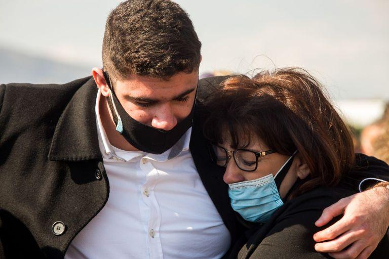 Συγκινεί η σύζυγος του Γιώργου Καραϊβάζ : Αγαπούσε τους πάντες, θέλουμε να συνεχιστεί η βοήθεια προς τα παιδιά | tanea.gr