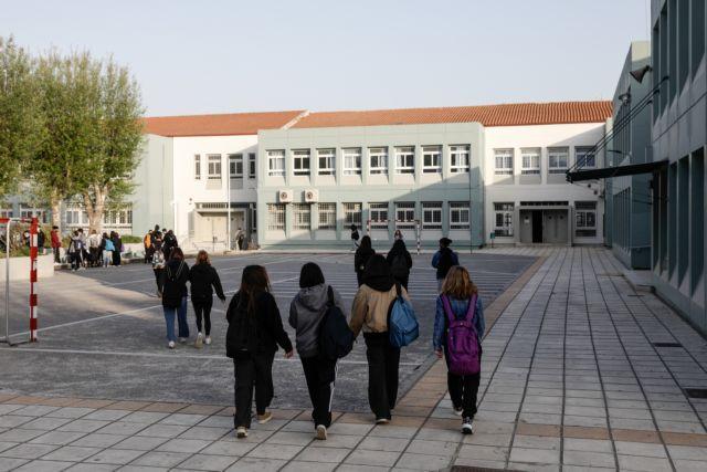 Θεσσαλονίκη : Μπήκε στην τάξη μαθητής χωρίς self test – Στο αυτόφωρο ο πατέρας του   tanea.gr