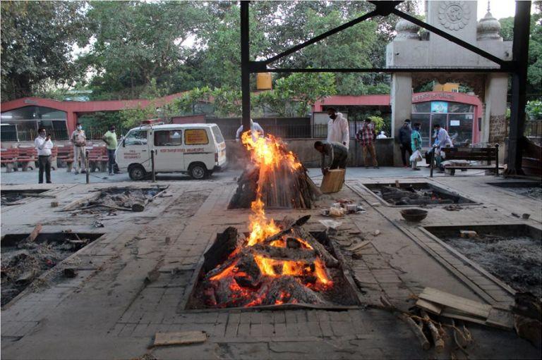 Ινδία: Σοκαριστικές εικόνες από το Δελχί – Καίνε νεκρούς στα κρεματόρια | tanea.gr