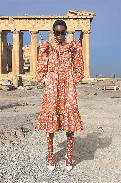 Εικόνες της νέας μόδας με φόντο την Ακρόπολη | tanea.gr