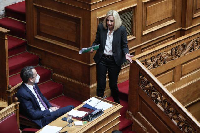 Η ενόχληση της Γεννηματά και ο εκτός μικροφώνου διάλογος με Μητσοτάκη | tanea.gr
