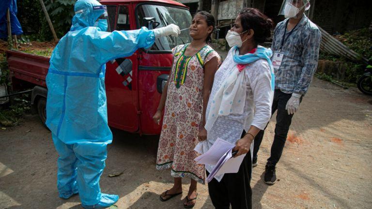 Ινδία: Εφιαλτικές προβλέψεις ειδικών για μισό δισ. κρούσματα | tanea.gr