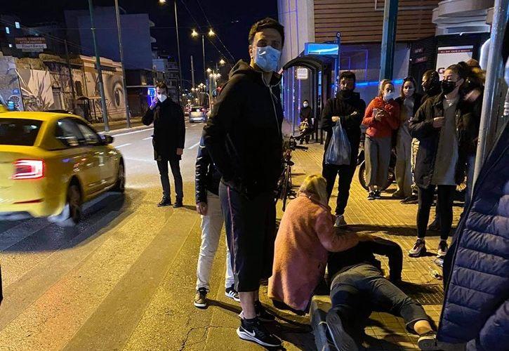 Ο Βασίλης Κικίλιας βοηθά μοτοσικλετιστή που τον χτύπησε αυτοκίνητο   tanea.gr