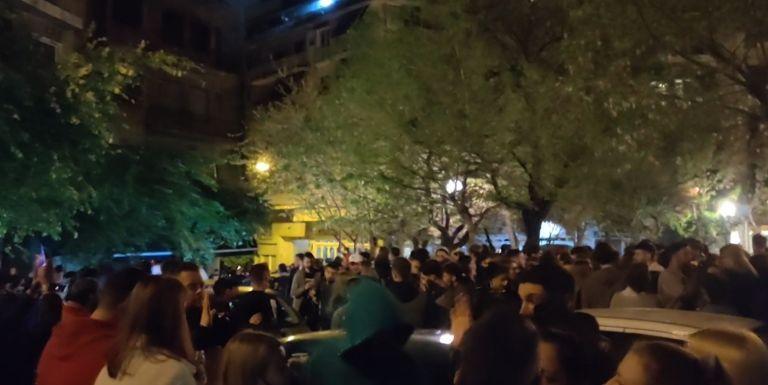 Κυψέλη : Κορονοπάρτι με εκατοντάδες άτομα και DJ στην πλατεία Αγίου Γεωργίου   tanea.gr
