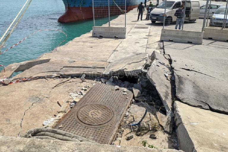 Χανιά : Οι θυελλώδεις άνεμοι... κάρφωσαν πλοίο στη στεριά – Ζημιές στην προβλήτα του λιμανιού της Σούδας | tanea.gr