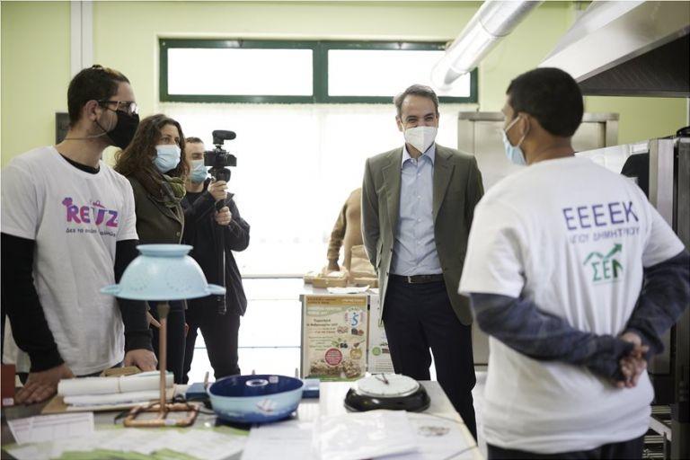 Επίσκεψη ιδιαίτερου συμβολισμού από τον Μητσοτάκη στο Εργαστήριο Ειδικής Επαγγελματικής Εκπαίδευσης στον Άγιο Δημήτριο   tanea.gr