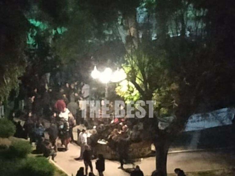 Ανησυχία προκαλούν οι εικόνες συνωστισμού σε Γλυφάδα και Θεσσαλονίκη – Στην Πάτρα έκαναν πάρτι σε... πλατεία | tanea.gr