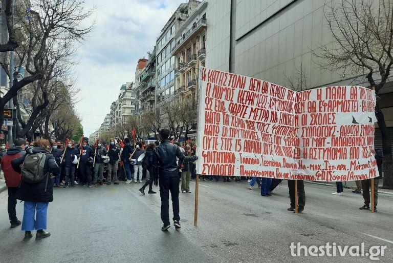 Θεσσαλονίκη : Στους δρόμους ξανά οι φοιτητές – Ζητούν να ανοίξουν οι σχολές χωρίς την παρουσία της αστυνομίας | tanea.gr