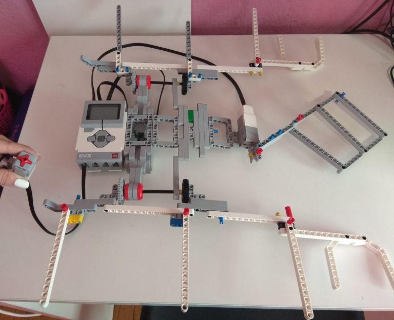 Μαθήτριες από τη Νάουσα έφτιαξαν... ρομπότ που διπλώνει τα ρούχα | tanea.gr