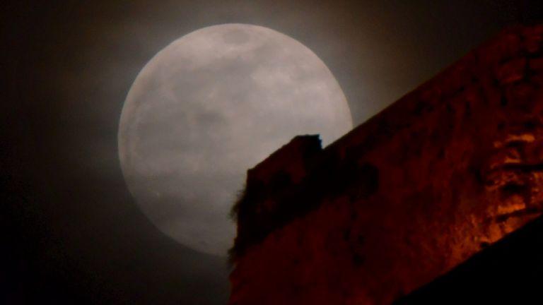 Ροζ πανσέλληνος: Το φωτεινότερο φεγγάρι του έτους | tanea.gr