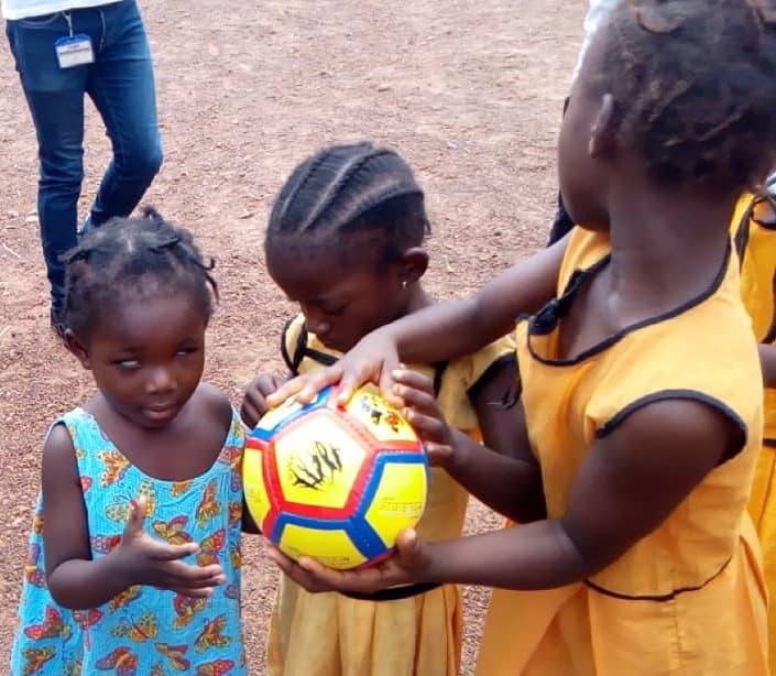 A Ball for All: Μια ελληνική πρωτοβουλία σκορπίζει χαρά στα παιδιά με οπτική αναπηρία σε όλο τον κόσμο | tanea.gr