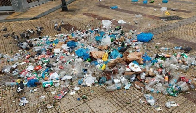 Μπακογιάννης: Οργισμένη ανάρτηση για τα σκουπίδια μετά το πάρτι στη πλατεία της Κυψέλης | tanea.gr