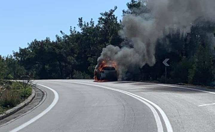 Μυτιλήνη: Δύσκολες στιγμές για τον οδηγό ΙΧ  που άρπαξε φωτιά εν κινήσει | tanea.gr