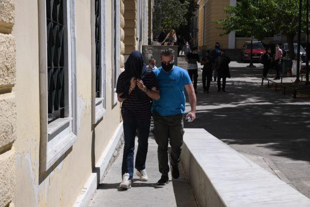 Στα δικαστήρια της Ευελπίδων ο 22χρονος επιδειξίας της Νέας Σμύρνης   tanea.gr