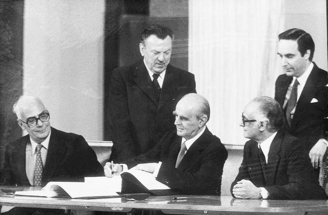 Ενταξη στην ΕΟΚ: Η υπογραφή της Συνθήκης Προσχώρησης της Ελλάδας 42 χρόνια πριν   tanea.gr