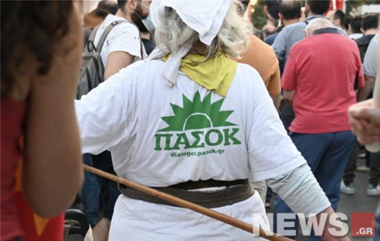 Απίθανη γιαγιά: Έκλεψε την παράσταση με μπλουζάκι ΠΑΣΟΚ στη... συγκέντρωση του ΚΚΕ   tanea.gr