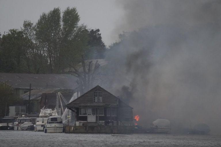 Τάμεσης: Μεγάλη φωτιά στην αποβάθρα – Σύννεφο καπνού σκέπασε το Δυτικό Λονδίνο | tanea.gr