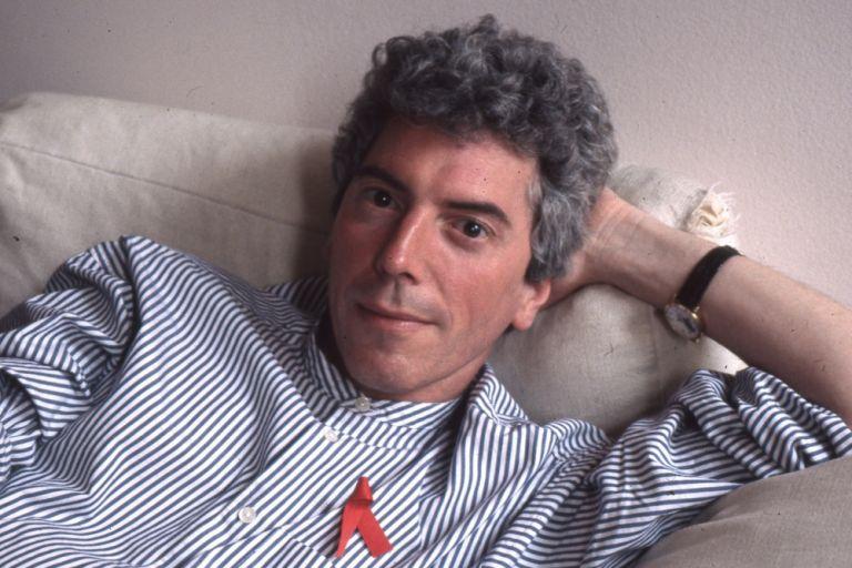 Πάτρικ Ο'Κόνελ: Πέθανε ο ακτιβιστής και εμπνευστής της περίφημης κόκκινης κορδέλας για το AIDS | tanea.gr
