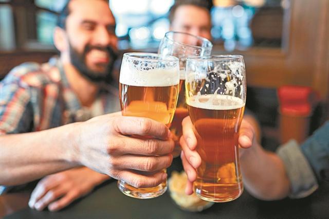 Οι Βρετανοί ήπιαν όλη την μπίρα από τις παμπ   tanea.gr