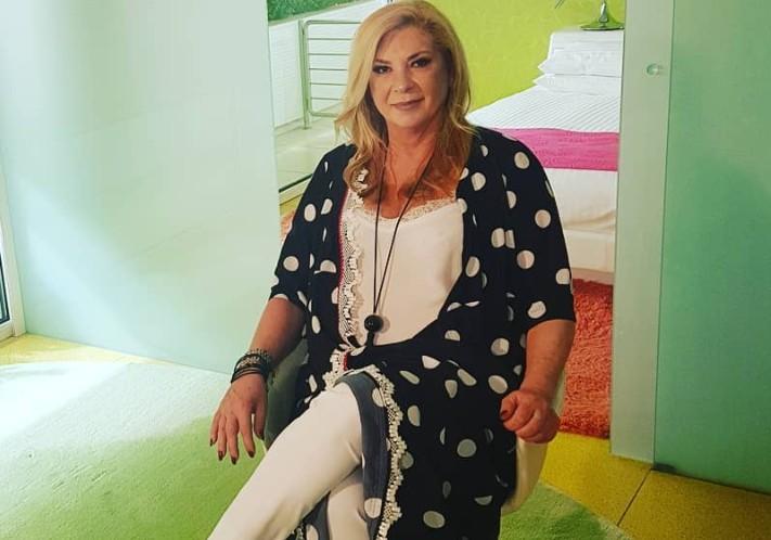 Δήμητρα Λιάνη Παπανδρέου: Ποζάρει στο σαλόνι του σπιτιού της και είναι αγνώριστη! | tanea.gr