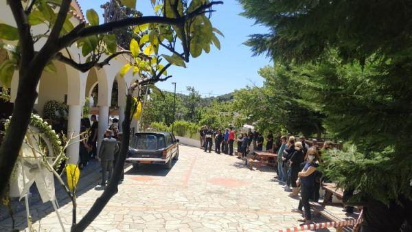 Γλυκά Νερά: Ραγίζει καρδιές ο 32χρονος πιλότος στο τελευταίο αντίο στην 20χρονη Καρολάιν | tanea.gr