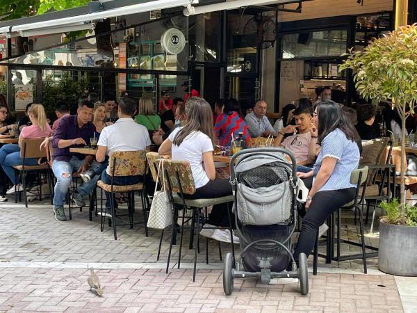Λάρισα: Γεμάτες από κόσμο με το «καλημέρα» οι καφετέριες | tanea.gr