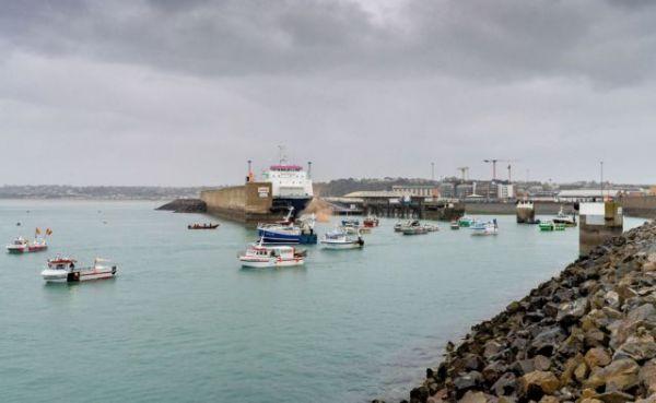 Μάγχη: Βίντεο καταγράφει το γαλλικό αλιευτικό να πέφτει πάνω σε βρετανικό σκάφος   tanea.gr