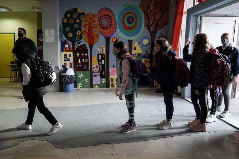 Μακρή: Μείωση μισθού για εκπαιδευτικούς που αρνούνται το self  test | tanea.gr