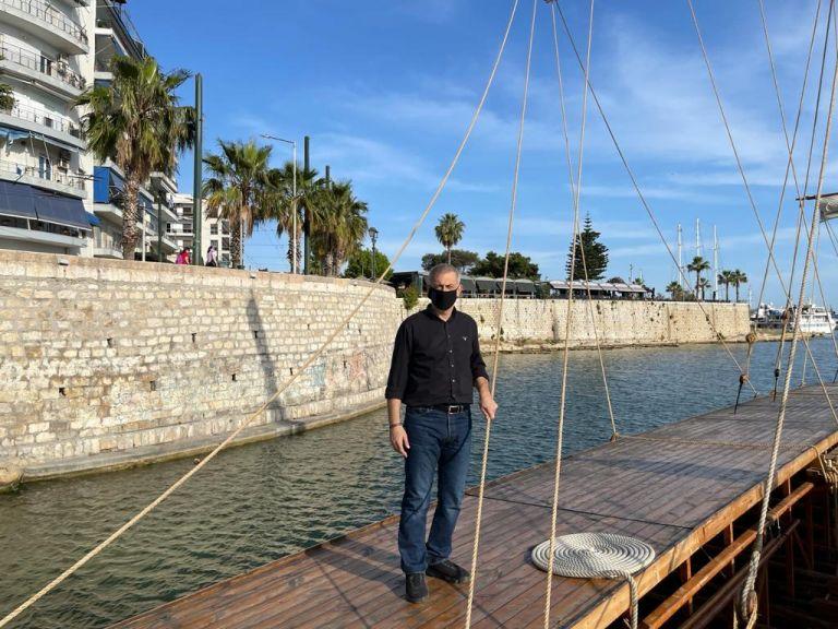 Ο Δήμαρχος Πειραιά Γιάννης Μώραλης επισκέφθηκε την ιστορική τριήρη «Ολυμπιάς» του Πολεμικού Ναυτικο | tanea.gr