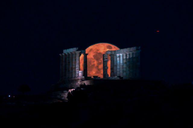 Δέος: Το «φεγγάρι των λουλουδιών» πάνω από τον ναό του Ποσειδώνα | tanea.gr