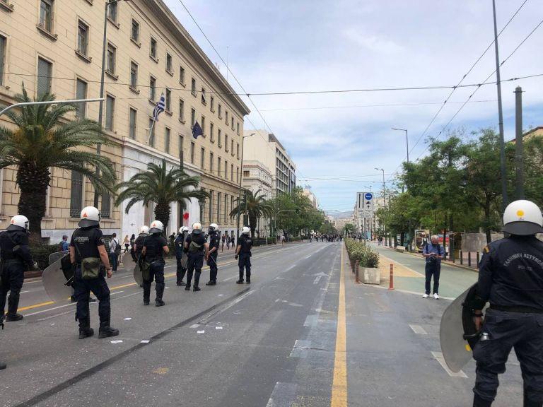 Ένταση στα Προπύλαια μετά τη λήξη της πορείας – Διαδηλωτές έριξαν μολότοφ   tanea.gr