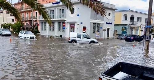 «Ποτάμια» οι δρόμοι της Κεφαλονιάς: Πλημμύρισαν δρόμοι από σφοδρή καταιγίδα και χαλάζι | tanea.gr
