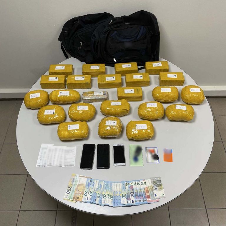 Θεσσαλονίκη: Κατασχέθηκαν πάνω από 23 κιλά ηρωίνης – Δύο συλλήψεις μελών διεθνούς κυκλώματος   tanea.gr