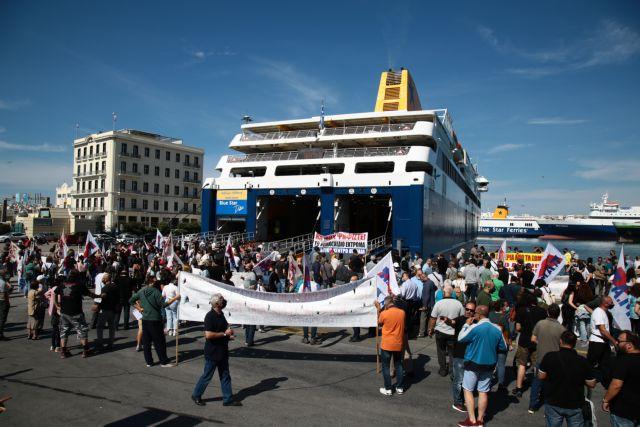 Πειραιάς: Ταξιδιώτες στηρίζουν τους ναυτεργάτες που απεργούν – «Καλά κάνουν, μαζί τους» | tanea.gr