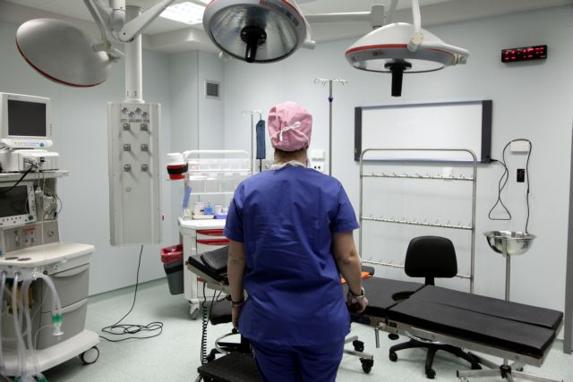 Θεσσαλονίκη: Ανεμβολίαστη αναισθησιολόγος κόλλησε κοροναϊό και... πάγωσαν τα χειρουργεία | tanea.gr