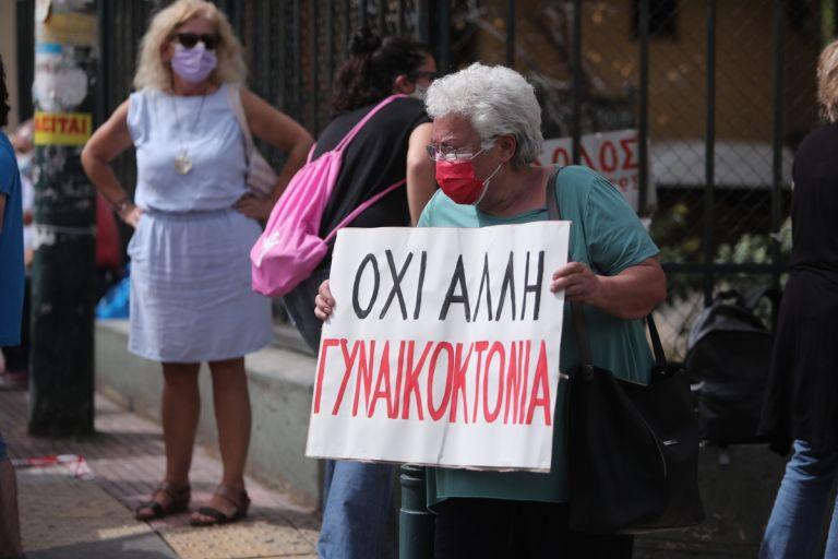 Γλυκά Νερά: Συγκέντρωση έξω από την Ευελπίδων για την Καρολάιν | tanea.gr