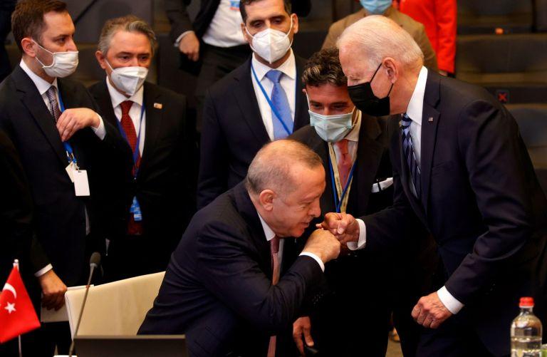 Χειραψία σαν χειροφίλημα του Ερντογάν στον Μπάιντεν | tanea.gr
