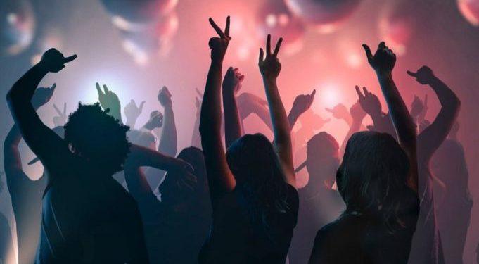 Πάτρα: Κορονοπάρτι με εκατοντάδες νεαρούς   tanea.gr