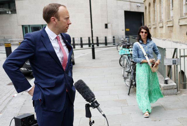 Παραιτήθηκε ο βρετανός υπουργός Υγείας μετά το ροζ σκάνδαλο | tanea.gr