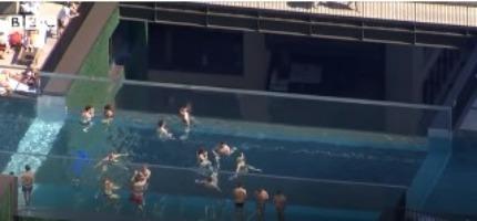 Λονδίνο: Απίστευτες εικόνες – Βουτιές σε εναέρια πισίνα   tanea.gr