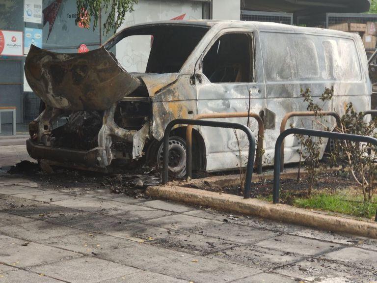 Κυψέλη: Εμπρηστική επίθεση σε εταιρεία ταχυμεταφορών – Κάηκαν ολοσχερώς οχήματα | tanea.gr