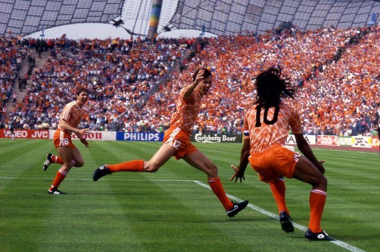 Σαν σήμερα ο Φον Μπάστεν έβαλε το αριστουργηματικό γκολ στο Euro 1988 | tanea.gr