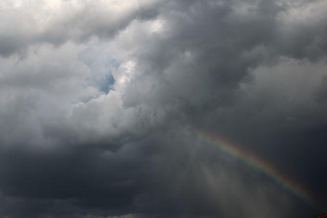 Ο καιρός τρελάθηκε: Ανεμοστρόβιλος στο Περτούλι – Καταιγίδες σε αρκετές περιοχές | tanea.gr