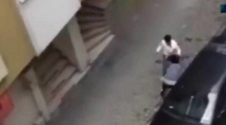 Τουρκία: Άνδρας δέρνει την έγκυο γυναίκα του στη μέση του δρόμου | tanea.gr