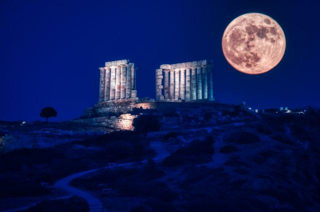 Εντυπωσιακές εικόνες από την τελευταία υπερπανσέληνο του 2021   tanea.gr