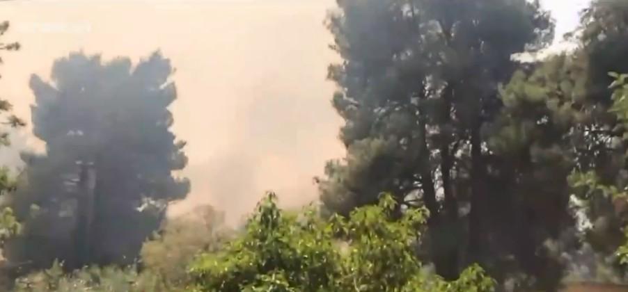 Εκτός ελέγχου η φωτιά σε Σταμάτα και Ροδόπολη – Καίγονται σπίτια και αυτοκίνητα
