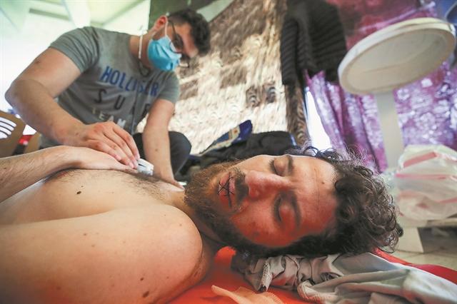 Επειτα από δύο μήνες απεργίας πείνας, τώρα ξεκίνησαν και δίψας...   tanea.gr